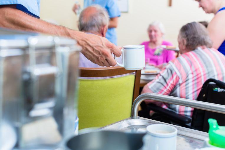 Om kwetsbare ouderen te behoeden voor het coronavirus hebben veel verzorgingshuizen de bezoekmomenten opgeschort. Beeld shutterstock