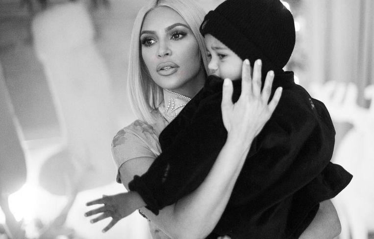 Kim Kardashian en haar zoontje Saint.