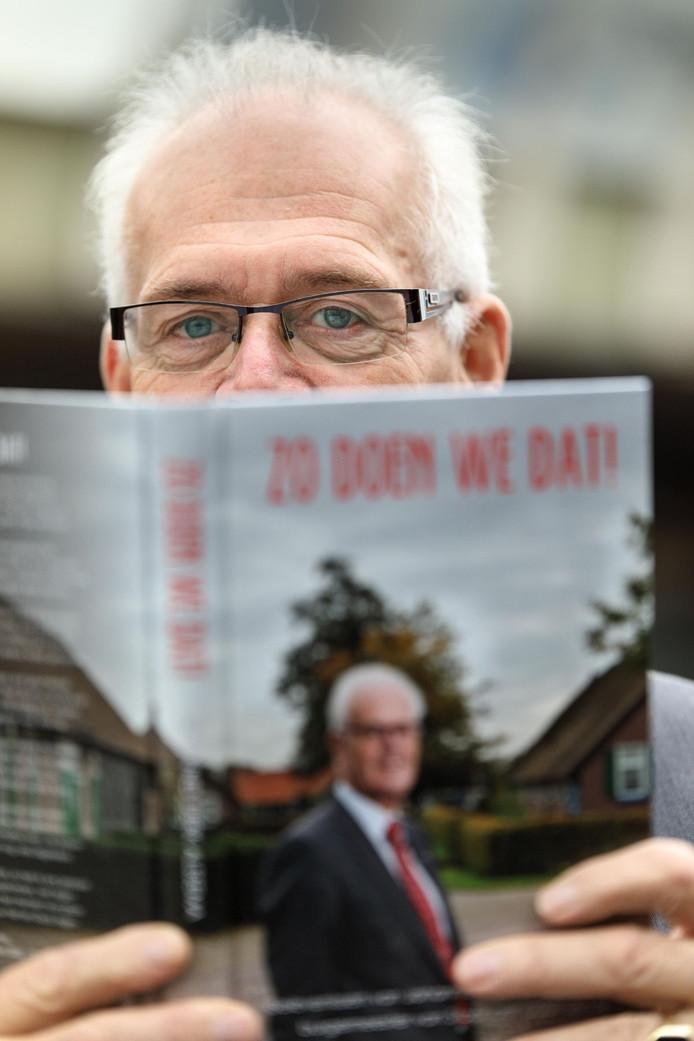 Joop Alssema (67) was 14 jaar burgemeester van Staphorst. In zijn boek 'Zo doen we dat!' blikt hij openhartig terug.