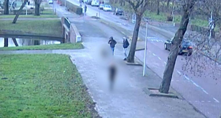 De twee overvallers steken de straat over en houden de jongen tegen. Beeld Bureau 020