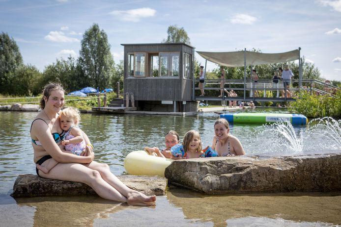 """Haaksbergse bezoekers van het Badepark Bentheim. De gunstige prijs vinden ze een voordeel. """"En het is er schoner."""""""