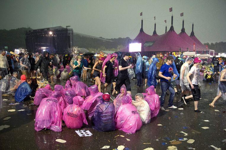 Bezoekers van Pinkpop 2014 schuilen tegen het noodweer. Beeld anp