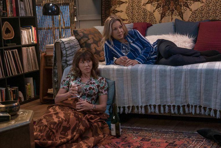Linda Cardellini en Christina Applegate, weduwen op de bank Beeld Netflix