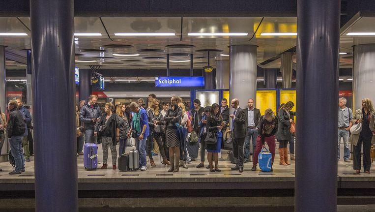 Met een aansluiting op de metro van Amsterdam ontstaat meer ruimte voor sneltreinen en hogesnelheidstreinen op het spoortraject en kan beter worden ingespeeld op groei van het vliegveld. Beeld Amaury Miller