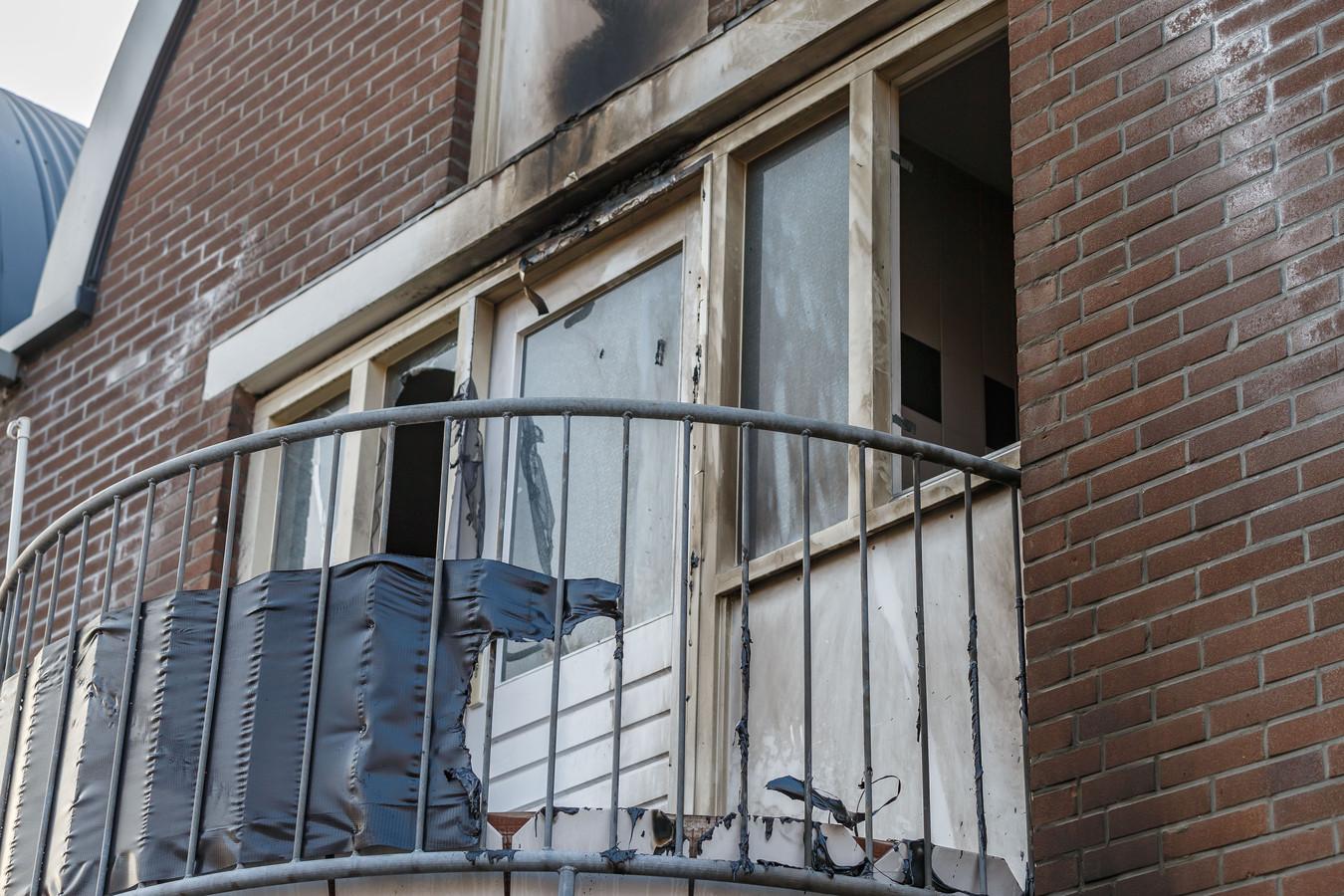 Bij het balkon van de woning is de schade goed te zien.