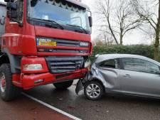 Vrachtwagen botst op auto in Haarsteeg, bestuurder naar ziekenhuis