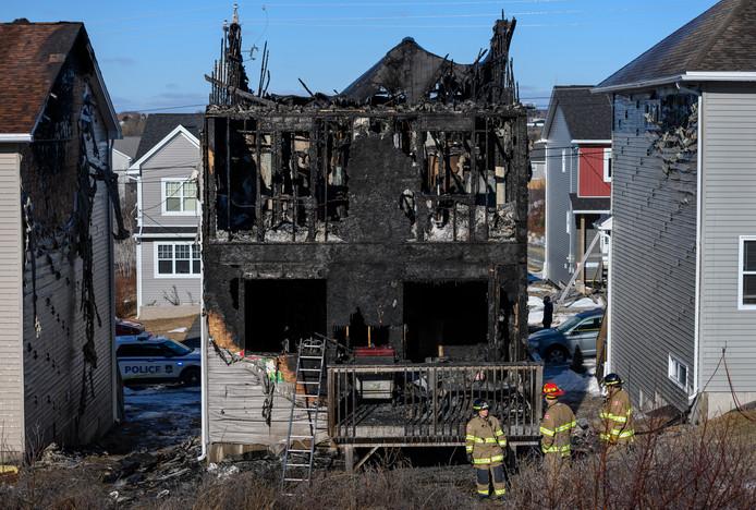 De autoriteiten doen onderzoek naar de brand in de woning van het gezin.