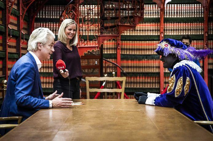 PVV-leider Geert Wilders in gesprek met een Zwarte Piet voor opnames van omroepvereniging Ongehoord Nederland in het gebouw van de Tweede Kamer.