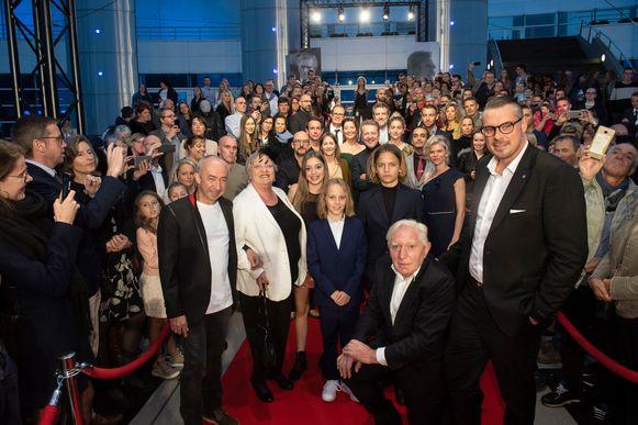 Regisseur Stijn Coninx (links) en overlever David Van de Steen (rechts) met de cast. Op de eerste rij, vlnr: Viviane De Muynck, Zita Wauters, Mo en Kes Bakker, Jan Decleir en Inge Paulussen.