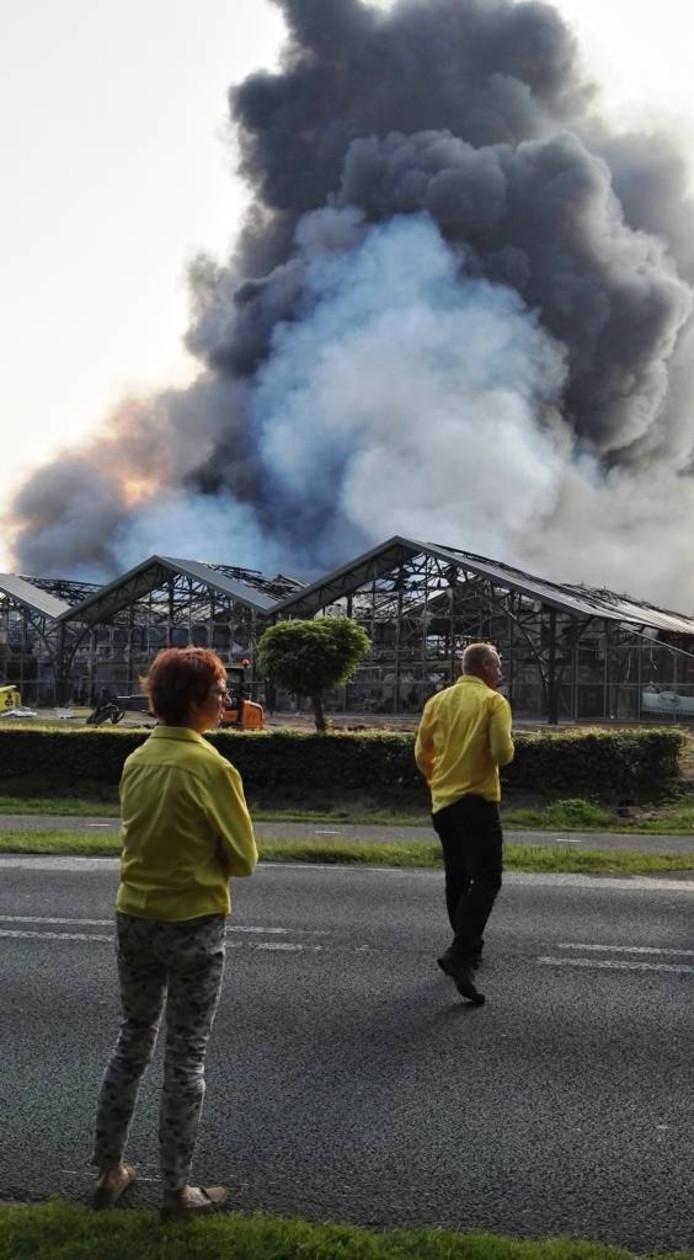 Woensdagochtend: eigenaar Dolf Nieland (r.) is al tijdens de brand druk met de toekomst van z'n bedrijf.