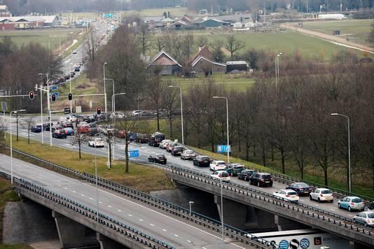 Verkeersdrukte bij de Uithof richting de A28, op de Universiteitsweg