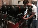Bas van Drenth van Elestor bij een proefopstelling van een waterstofbromide flowbatterij in Emmeloord. (archieffoto)