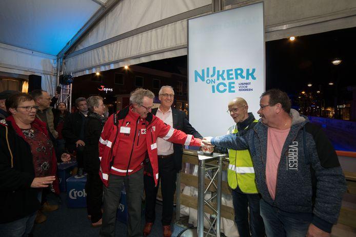 Voor Nijkerk on Ice wordt altijd een heel contingent aan vrijwilligers opgetrommeld, zoals hier in 2018 bij de opening. De organisatie ziet nu geen kans de baan dit jaar te openen.