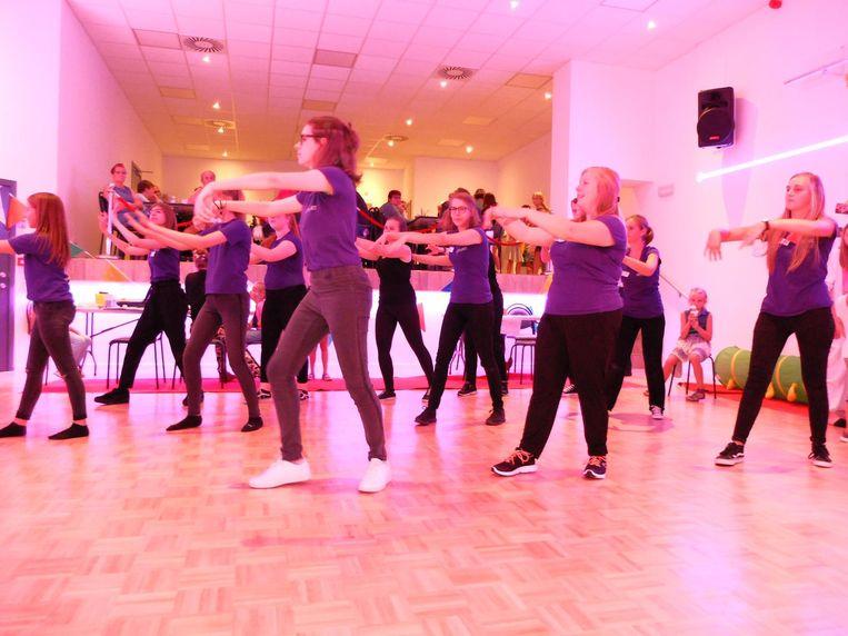 De danseressen tonen hun talent in de nieuwe zaal.