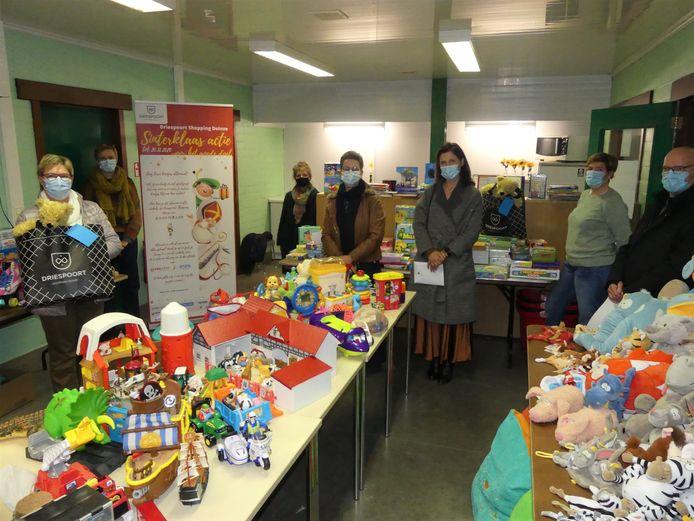 Het speelgoed van de sinterklaasactie van Driespoort Shopping werd dinsdagavond overhandigd in het lokaal van De Zonnebloem in Nevele.