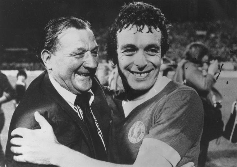 Bob Paisley (links) met Liverpool-speler Ian Callaghan na de met 3-1 gewonnen Europa Cup I-finale tegen Borussia Mönchengladbach.