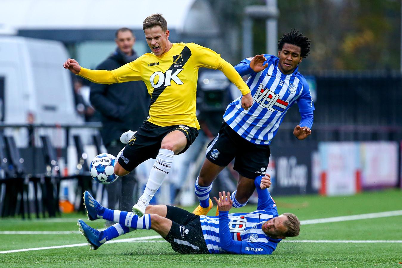 Robin Schouten (NAC Breda) wordt afgestopt door Jacky Donkor en Jason Bourdouxhe van FC Eindhoven.