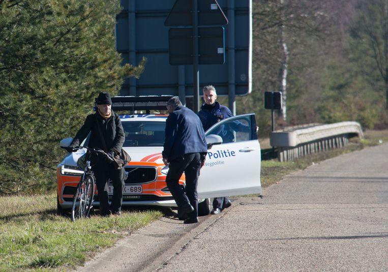 De wegpolitie stopte de man en begeleidde hem tot aan de volgende afrit.
