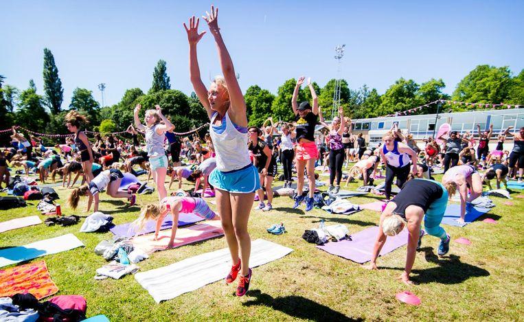 Deelnemers aan een bootcamp sessie met fitnessgoeroe en body-specialist Kayla Itsines tijdens de Glamour Health Challenge vorig jaar op de Jaap Edenbaan. Beeld anp