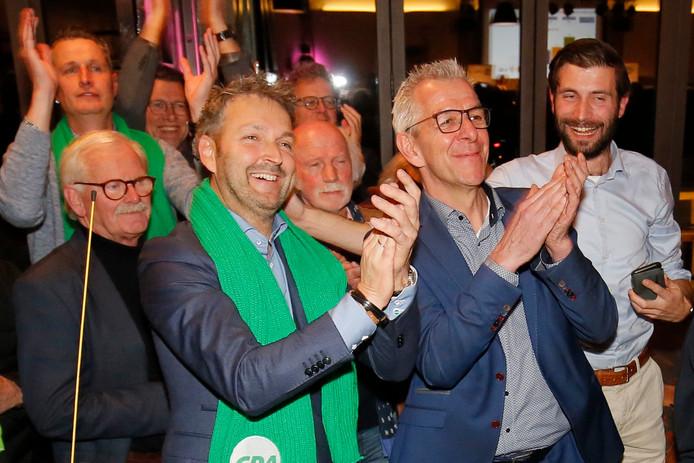 Het CDA viert feest, met op de voorgrond lijsttrekker Roland van Vugt (l) en Gerard Paans.