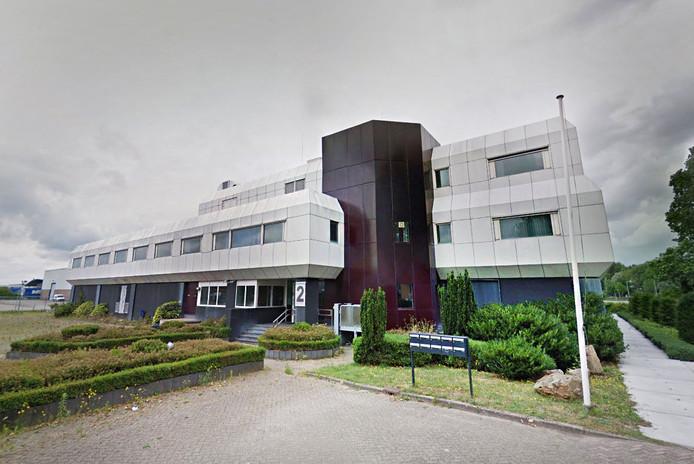 Negentig Polen en Hongaren wonen in het omgebouwde kantoorpand aan de Boyleweg in Spijkenisse.