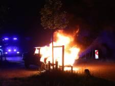 Auto vliegt tijdens het rijden in brand in Zeeland, bestuurder weet op tijd uit te stappen