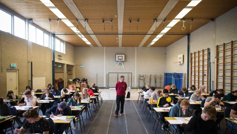 De eerste lichting van het Hyperion Lyceum doet eindexamen in de gymzaal. Beeld Rink Hof