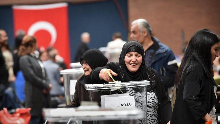 In Nederland wonende Turken stemmen in Deventer over het Turks referendum. Beeld Marcel van den Bergh / de Volkskrant