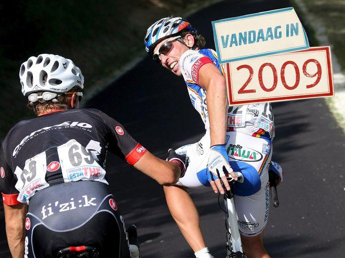 Serge Pauwels (links) gebaart Leonardo Bertagnolli dat hij zonder hem verder moet.