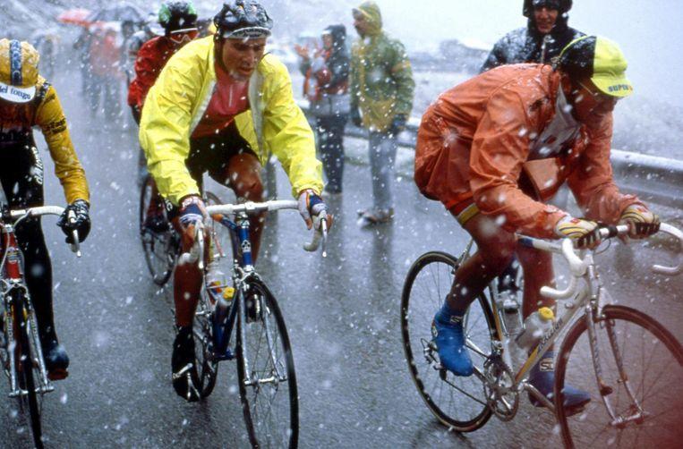 Erik Breukink (geel jasje) naast Laurent Fignon tijdens de Ronde van Italië in 1989. Beeld uit een terugblik van Andere Tijden Beeld Cor Vos