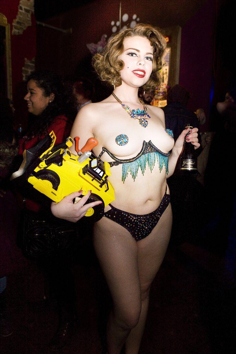 Een van de burlesquedanseressen in The Allways Lounge. Beeld Io Cooman
