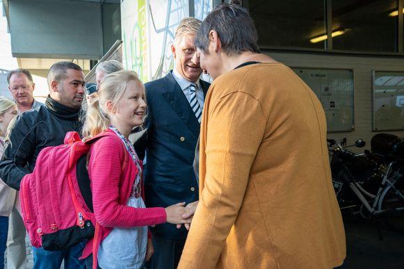 Koning Filip brengt prinses Eléonore naar school in Brussel.