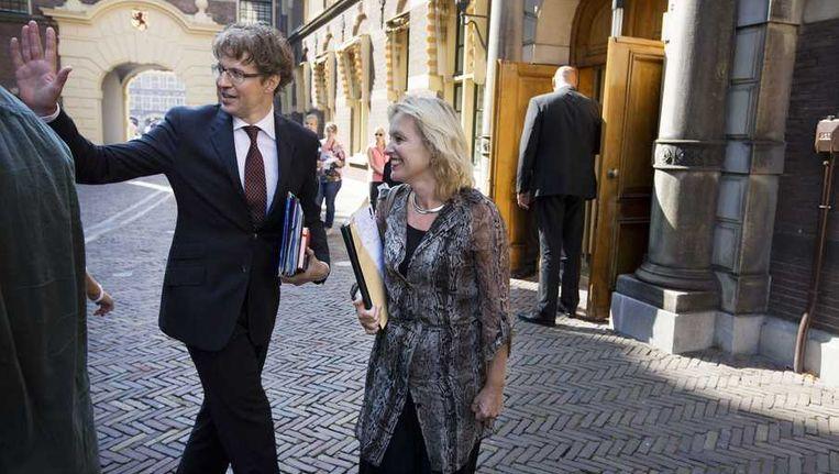 Staatssecretaris Sander Dekker (L) en minister Jet Bussemaker (R) Beeld anp