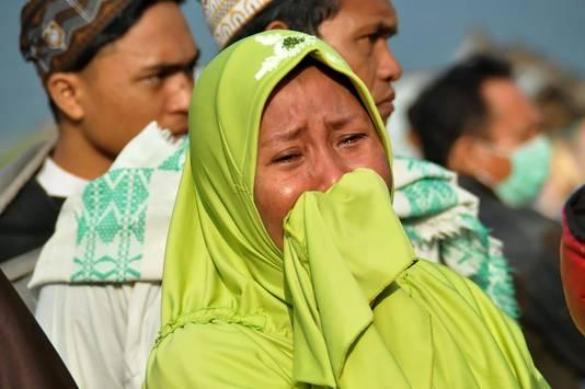 Een vrouw op Sulawesi huilt na de dodelijke tsunami in haar woongebied