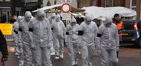 Mensen in witte pakken duiken op in centrum Boskoop: demonstratie tegen coronaregels