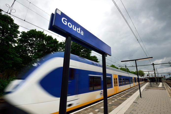 Een trein passeert station Gouda. Komend weekeinde rijden er geen treinen rondom Gouda. (Archieffoto).