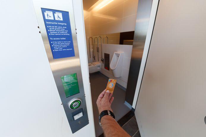 Voor 50 digitaal door te sluizen eurocenten, kan de treinreiziger sinds kort weer naar het NS-toilet in het Etten-Leurse stationsgebouw.