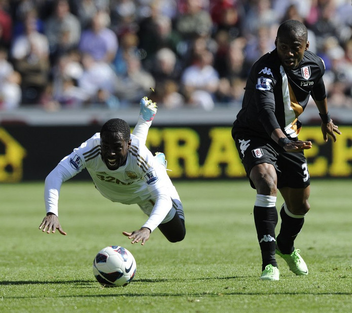 Eyong Enoh (rechts) voor Fulham in actie tegen Swansea.