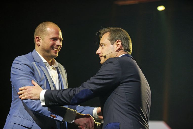 N-VA-voorzitter Bart De Wever schudt de hand van staatssecretaris voor Asiel en Migratie Theo Francken.