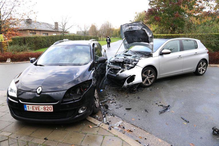 De Peugeot (rechts) dreigde na de botsing in brand te vliegen.