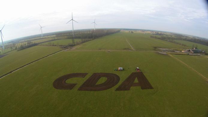 Het metersgrote CDA-logo in het weiland van Vincent Krabbenborg in Harreveld.