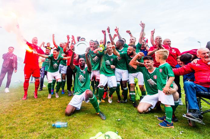 FC Dordrecht amateurs bejubelt de overwinning op Achtmaal én de promotie.