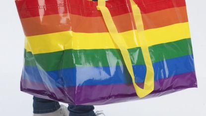 Ikea lanceert iconische tas in regenboogkleuren voor Pride