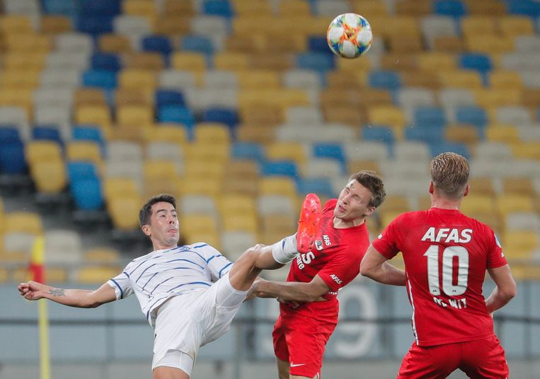 Carlos de Pena (l) van Dinamo Kiev in duel met AZ-speler Jonas Svensson (m) tijdens het kwalificatieduel in de Champions League. Beeld EPA
