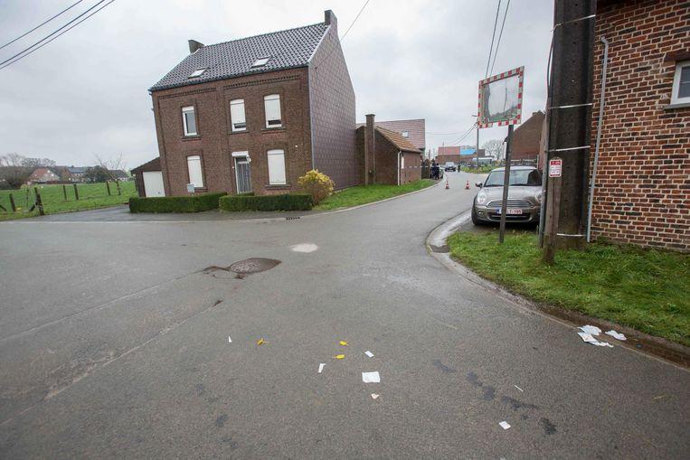 Het huis van de schutter in de Manhovestraat in Sint-Pieters-Kapelle. Toen de vijf vrijdagnacht uit de auto stapten, opende de bewoner vrijwel onmiddellijk het vuur.