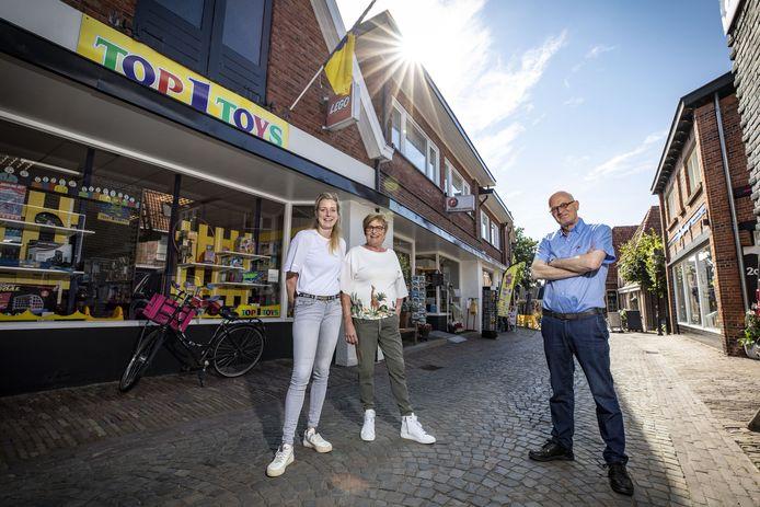 """Hanneke Velthuis en haar moeder Ria Nijmeijer voor het pand dat ze onlangs kochten van Peter Johannink:  """"We willen het aanbod verbreden."""""""