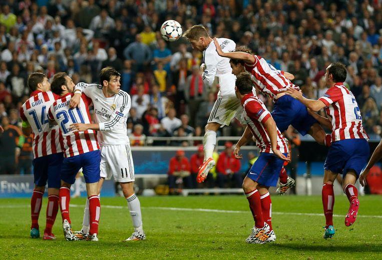 Real-verdediger Sergio Ramos scoort de gelijkmaker tegen Atlético Madrid in de finale van de Champions League in 2014. Beeld ap