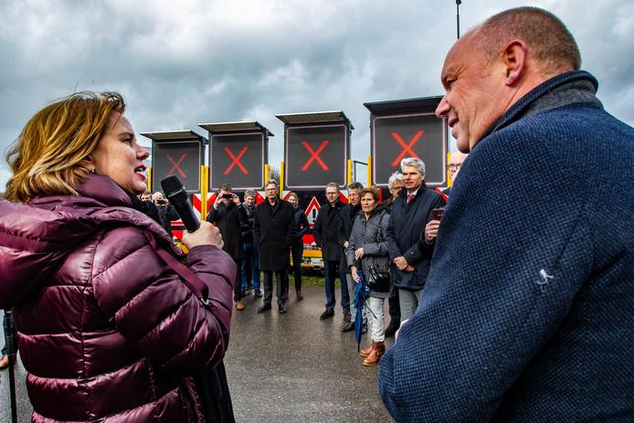 Minister Cora van Nieuwenhuizen van Infrastructuur en Waterstaat verrichte woensdagmiddag de openingshandeling van de werkzaamheden langs de A1. De bijeenkomst vond plaats in Epse, nabij de oprit Deventer van de snelweg.