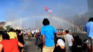 Waterkanon maakt regenboog tijdens Gay Pride Parade in Istanboel
