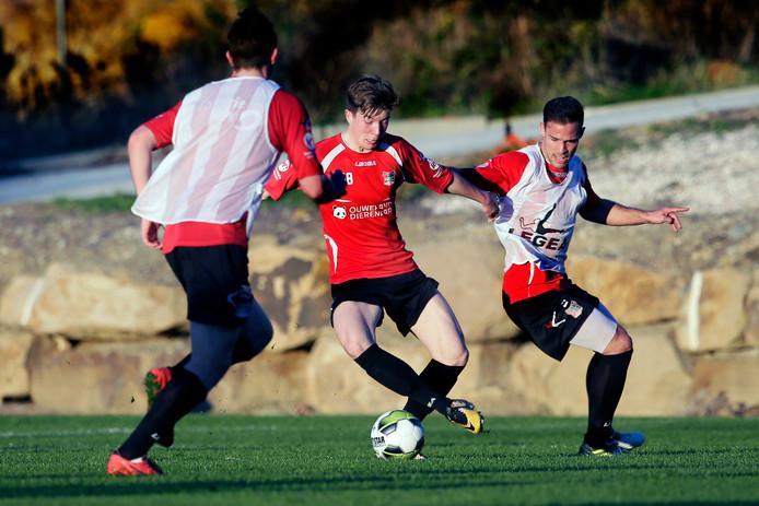 Guus Joppen zit Ole Romeny op de huid tijdens het trainingskamp van NEC in Spanje.